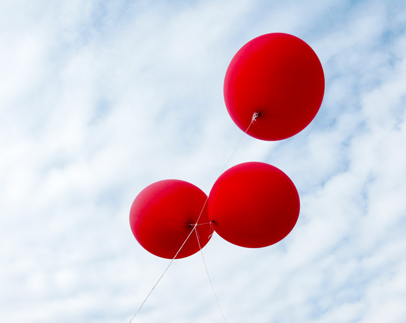 Zuri_Zuberi_red_balloons